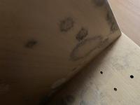 ニトリのカラーボックスと食器棚からホコリのような粉が拭いてもすぐに出てきます。これって何ですか?対策はありますか?