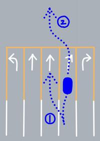 道路交通法について質問です。  先日、赤坂見附の交差点(青山通りを渋谷方面へ走行中)で黄色の実線のところで車線変更したため違反切符を切られました。 進みたい進路とは異なる車線に入ってしまい、誤った進...
