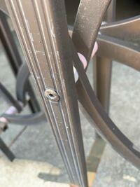 家の駐車場の古いアコーディオン型の門ですが、写真のネジ?が、他の箇所でたくさん外れてます。 これの修理方法を教えて下さい。ネジなら、どんなタイプのネジが最適か? それとも、他の方法があるか?? など、...