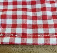 ミシンの縫い目について教えて下さい。  色々と調整、見直しなどしましたが、どうしても下糸の縫い目が画像のように汚くなります。  考えられる原因は何でしょうか?