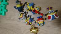現在マクドナルドのハッピーセットのおもちゃがミニオンなのですが、30種類4歳の息子が 欲しいと言って集めてます。 しかし、ダブル事もありダブったのを除いて現在8種類集めました。 私は、もう勿体ないから...