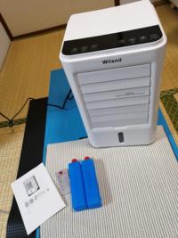 冷風機を手に入れたのですが、Amazon 外国製の為使い方が全然わかりません。何か下の水入れボックス?に機械のようなものが繋がっているのですが、水入れてもいいのでしょうか?