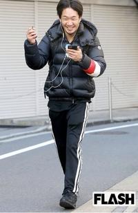 朝倉未来選手の歩きタバコについて。 最近総合格闘家の朝倉未来選手のYouTubeが好きでいろいろ拝見しているのですが、中に歩きタバコを注意してみたという動画がありますが、FLASHさんの写真を 見て、彼自身タバ...