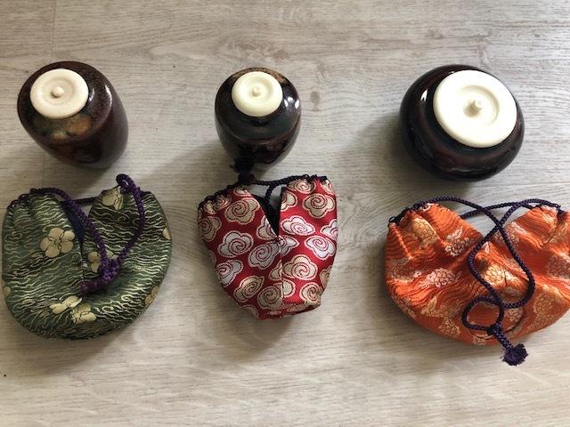 今お茶を習い始めたのですが、中古で買った茶道具について質問したく投稿しました。 仕覆の生地模様の名前を教えていただきたいのですが、茶道具について詳しい方はいらっしゃいましたらお願いします。