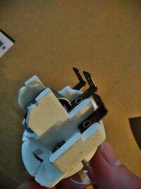 ヤフオクで落としたヘッドライトのバルブの形が見た事なくて……これに合うコネクターってどれかわかる人いますでしょうか…… ちなみに買ったのはUFOのヘッドライトです……