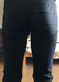 スキニーパンツについて。  ストレッチの効いたスキニーを久しぶりに履いてみました。ウエストには余裕があるのですが、お尻のほうの画像を見てアリかナシか教えてください。