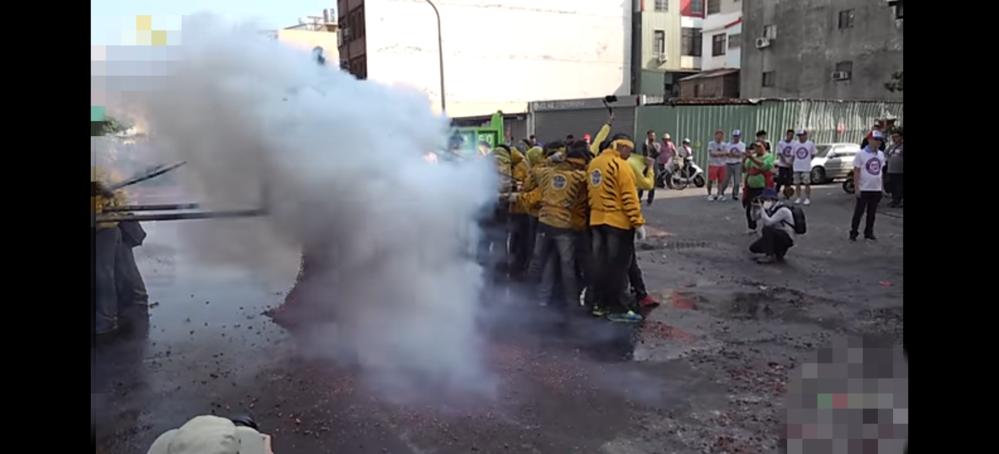 この画像中国のとても危険爆竹の祭り! なんて言う祭りですか?