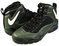 とあるナイキのバッシュについてお尋ねしたいことがあります。 今このバッシュに価格をつけるとしたら、いくらの価値があるのでしょうか? 当時に購入して今も私が所有しているのですが、どれ ほどの価値があるものなのかを知りたいです。  【モデル名】 復刻 Nike Air Darwin (エアダーウィン)  【カラー】  BLACK × DARK ARMY  【サイズ】 27....