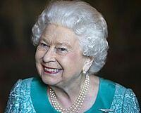 エリザベス女王って94歳ですよね? なんで、こんなに髪がフサフサなんですか? カツラとかでは、ないですよね。 てか、髪の毛パーマかけてますか? 90代で、パーマをかけるってすごくないですか?頭皮とかあれないのでしょうか?エリザベス女王は、高齢になっても、すごいですね