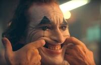 孤独な男の作り笑い(特に泣き笑い)って、何でこんなに気持ち悪いのでしょうか? 不気味でさえあります。 画像は映画「ジョーカー」ですが、このメイクをしてなくても、孤独な男の泣き笑いは不気味ですよね。 なぜでしょうか?