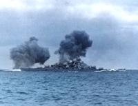 戦艦ビスマルクは、「プリンス・オブ・ウェールズの主砲弾3発の命中を右舷艦首付近に受け、2,000トン以上もの海水が流入してしまっていた。 また、この時燃料タンクが破損し重油が漏れたため、作戦の継続は不可能...