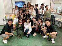 生駒里奈と川村真洋の間にいる人って誰ですか?