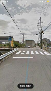 左から自転車が横断歩道渡ろうとした場合、車は止まらないといけませんか? 渡ろうとしたら車にぶーって鳴らされたんですが。 ここは車の直進が優先なんですか?