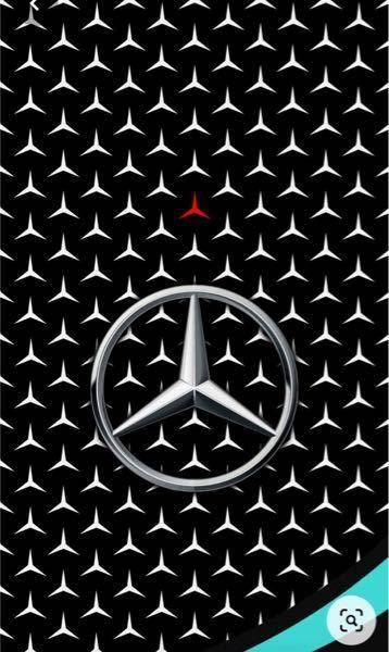 メルセデスAMG F1チームの車にはたくさんのエンブレムのようなデザインがされていますが、なぜ一つだけ赤いエンブレムがあるのですか?