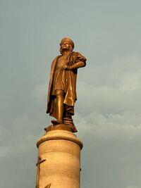 ディズニーシーにあるこの銅像って誰ですか?
