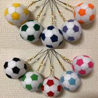 サッカーボールをフェルトで作ったのですが、 毛が出ているのが気になります。何かいい方法ありますか??ちなみに針でするものではなく、いとで縫いつけて作った写真のようなものです。