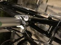 クロスバイク初心者です。 このタイプのサドルはどうやってサドルを調節できますか?