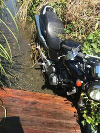 バイクがドブにおちました。草に踏んで滑りました。今写真の状態です。50秒ぐらい浸かりました。今クレーン呼んでます。このバイク助かりますか?