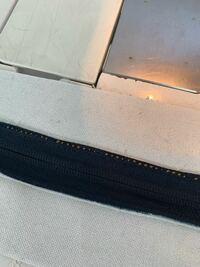 職業用ミシンで上糸が後ろにひびくのは、 何を直せば治りますか?? 茶色が上糸です。 よろしくお願い致します。