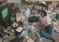 冨樫義博さんはゲーム依存症ですか?昔の写真見たけど部屋があれだけゴミだらけなのは優先度がゲームが一番になってるからでしょうか?