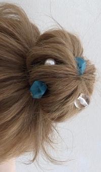 ヘアアクセサリーについて。 画像のようなヘアアクセサリーの名前を教えて下さい。できれば画像と同じヘアアクセサリーがどちらのサイトで購入できるか教えていただきたいです。 よろしくお願 いします。