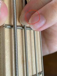 ベースの弦を人差し指で押さえて演奏する時 人差し指に中指を乗せて移動する癖がついてしまっていることに気がついたのですが、 これは直すべきでしょうか? 上手く伝えるのが難しいのですが、写真のような状態で...
