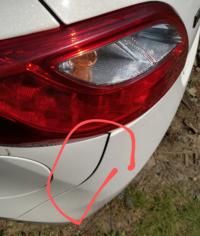 車を電柱にすこしぶつけてしまい赤丸の部分が少しズレたのですが修理費いくらくらいかかりますか? またこのまま高速走行などしても支障はないでしょうか?