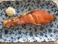 焼き鮭にマヨーネーズを付けて食べるのが好きです^^ あと部位は,はらわたのほうが好みです。 皆様のご意見は如何ほどでしょうか?(笑)  暑い最中,塩気のおかずは食が進むと思いますね!!