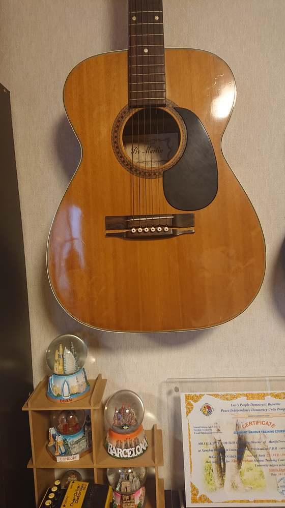ギターの故障について質問です ギターの弦を引っ張る部分がヒビが入り壊れました。 画像を参照下さい。 いつの間にか割れていたため原因は不明です。 ギター屋の修理で治りますか?、また修 理料金幾らくらいになりますか?