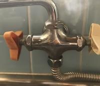 パナソニック食洗機の分岐水栓について、どなたか教えていただけませんか?  中古でパナソニックの食洗機NP-TCM2を購入しました。祖母の家に取り付けたいのですが、現在の水栓が、ガス給湯器 から分岐しているもので、あまり見たことがない形で自分では調べることが出来ませんでした。 辛うじてTBCの水栓ということは分かりました。 (今は右の白いハンドルを回すと水がでます。左は閉じた状態) ...