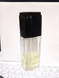 この香水の名前がわかりますか? 15年以上前に友人から貰ったのですが、当時ラベルを剥がしてしまい手がかりはこのボトルの形だけです。 今も販売されてるなら欲しいのですが・・・