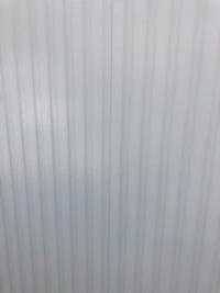 外壁塗装について  昨年春に外壁塗装しました すでに何箇所もヒビが入っているのですが、これは普通なんでしょうか? 画像が1つのヒビですが、同じようなものがたくさんあります。  塗装 業者に連絡して補...