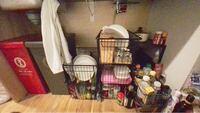 キッチンの下のいい収納法を教えてください(;;) カゴにお皿等入れてるのですが、 効率悪いし、もっとお皿を買いたいのに 収納出来ないので新しく買えません。  安く、簡単に出来る、収納法はありますか?  調味料やお酒ももっと綺麗に整理したいです…!
