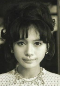 女優の加賀まりこの若い頃の写真なのですが、令和の今でも充分通用する可愛さだと思いませんか?それに小顔ですよね?