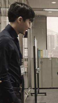 韓国ドラマ ミセン に出演している添付写真の俳優の名前を教えてください。  鼻がすごく高くてカッコいいです! Wikipediaでも調べましたがこの人が出てきません(>人<;)