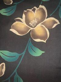 祖母から浴衣を譲り受けたのですが、柄であるお花の種類がわからず、教えて頂きたいです。 よろしくお願いします。