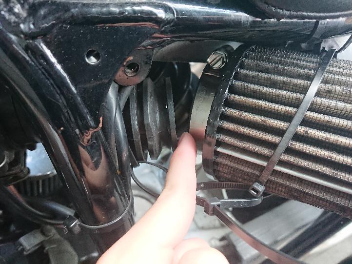 ヤマハのTW200に乗っているのですが、キャブのフィルター部分が何度も外れてしまい、空気が流れ込み過ぎてエンジンがかかりにくくなってしまうことがあります。何回はめてもすぐ外れるのですが修理や調整はどうやっ てするのでしょうか? また、店に頼む場合はいくらくらいかかりますか?