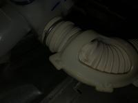 洗濯すると水漏れしたので排水ホースを確認したところ破損しておりました。 その為、排水ホースを外そうと思ったのですが洗濯機の底のホースを外すことが出来ません。暗い画像の為分かりにくい かもしれませんが、外し方分かる方教えて頂けませんか?