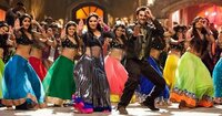 インド映画で突然、歌って踊るダンスシーンが始まるのはナゼですか? このダンスシーンは笑うところじゃないの? 大笑いなんだけど? www