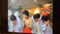 NHK大河ドラマ太平記の第22話(8/30再放送)に出てきた、鎌倉滅亡のシーンで上半身裸で祈ってるこの人はなんて女優さんですか?