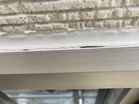 外壁塗装前のコーキング工事中です。 隙間が出来ているのですがこれで良いのでしょうか?  やり直しを要求出来る仕上がりでしょうか?