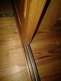 9年目の注文住宅に住んでます。屋内の板式の戸車付きの引き戸(結構重たい)にアルミレールがひいてあるのですが、アルミが削れて足で間違って踏むと足の裏にべっとりついてしまいます。健康上も 気になるので交換...