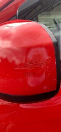 今日洗車をしていたらドアミラーの外側に写真のような見覚えのない傷を見つけました。この傷は私がつけた傷でしょうか、それとも他の車やものに傷つけてしまったのでしょうか。自分でも調べてみ ましたがわからな...