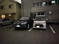 アパートの駐車場の隣の人がギリギリに停めてきます。 アパートに住んでいます。 駐車場の隣の人(面識なし、ここ半年くらい前に越してきた様です)がいつも私の車寄りに駐車します。 以前はBMWを所有していたのですが、その時からお隣さん駐車が近いなぁとは思っていました。  先週、買い替えたアウディが納車されたのですが、以前のBMWより車幅が大きいので駐車スペースギリギリになってしまうのですが、それで...