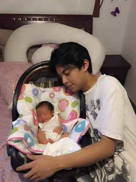 右の男性は何歳くらいに見えますか? 赤ちゃんのお父さんでも違和感ない年齢に見えますか?