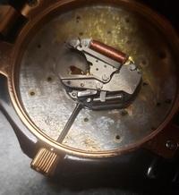 マークジェイコブスの腕時計でリューズを抜きたいのですが、抜き方を教えてください。よろしくお願いします。