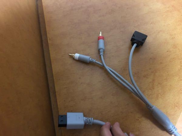 〈Wiiの配線について〉 友人からWiiを貰い、さっそくセットしようとしたのですが、したの配線がどうしてもはいりません。 間違えて別のものを渡されたのでしょうか? 手が写ってる方がWiiに刺...