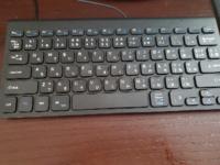 キーボードについての質問です。ノートパソコンにキーボードを繋げて使っているのですがノートパソコンと使っているキーボードのキー配列が違います。設定などで変更できるのでしょうか?下の写真のキーボードです。