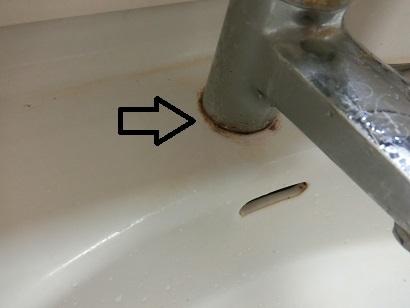 【画像注意】洗面台の蛇口の汚れ落としを教えてください。 何をしても落ちません。よろしくお願いします。