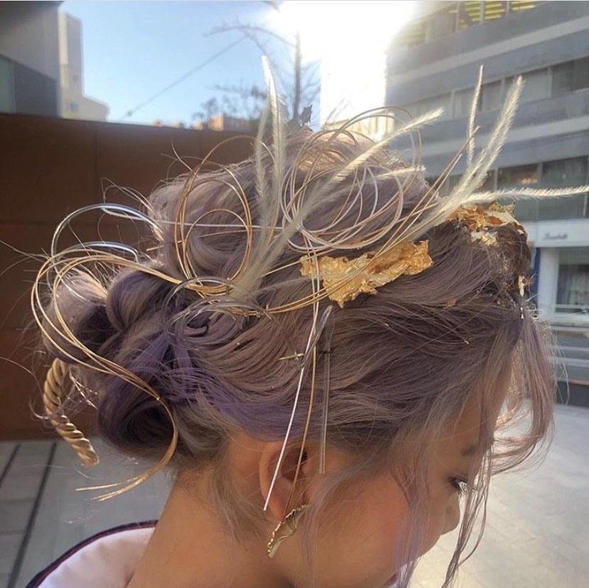 このワイヤーのような針金のような髪飾りの名前を知っていたら教えていただきたいです( ; ; ) 成人式に使いたいのですがどこで手に入れればいいのでしょうか、、。